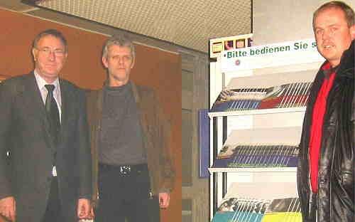 Schmidt, Eckhardt und Homann bei der 'Einweihung'  des Info-Ständers