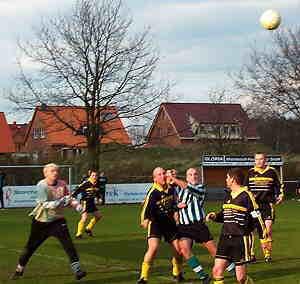 Der Schloß Ricklinger Torwart Torsten Kreienhop wird sich den Ball im Luftkampf sichern